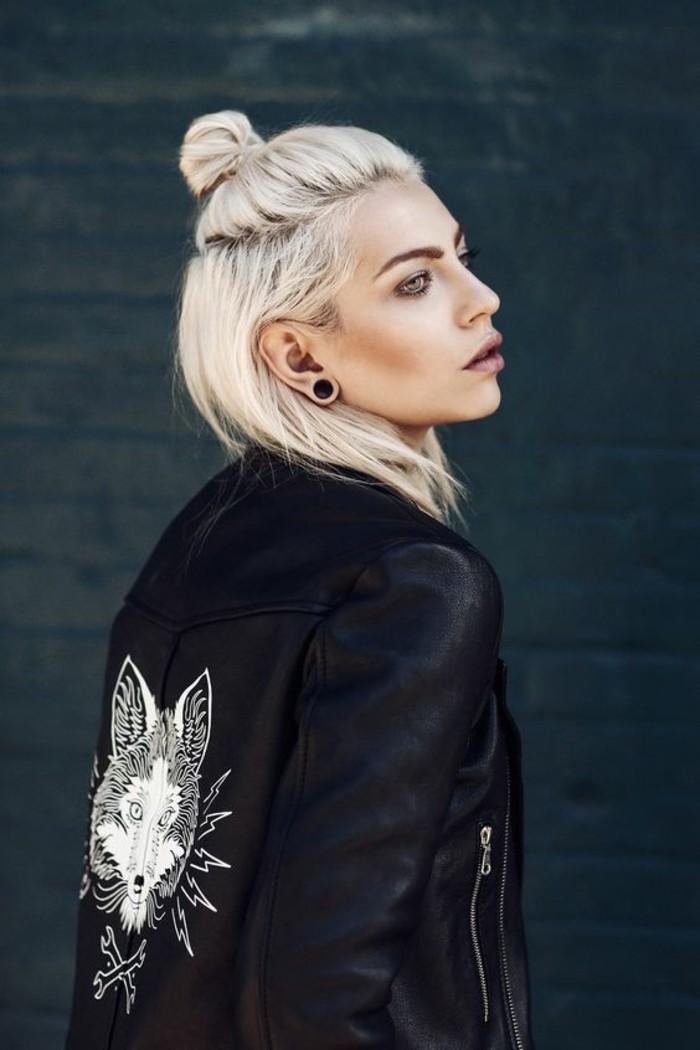 chignon-bun-version-rock-version-half-bun-cheveux-blond-platine