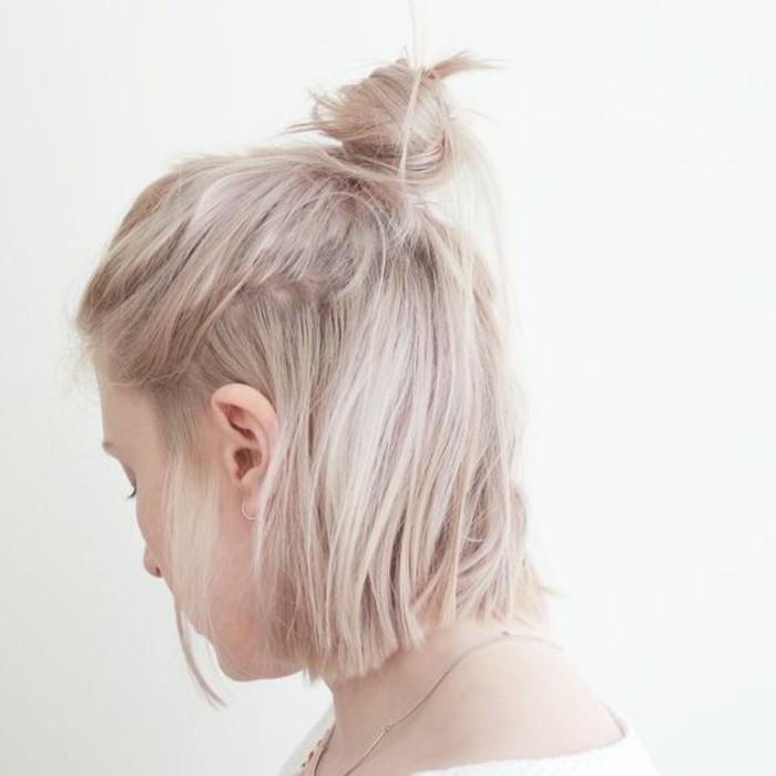chignon-cheveux-courts-tendance-demi-bun-cheveux-blond-platine