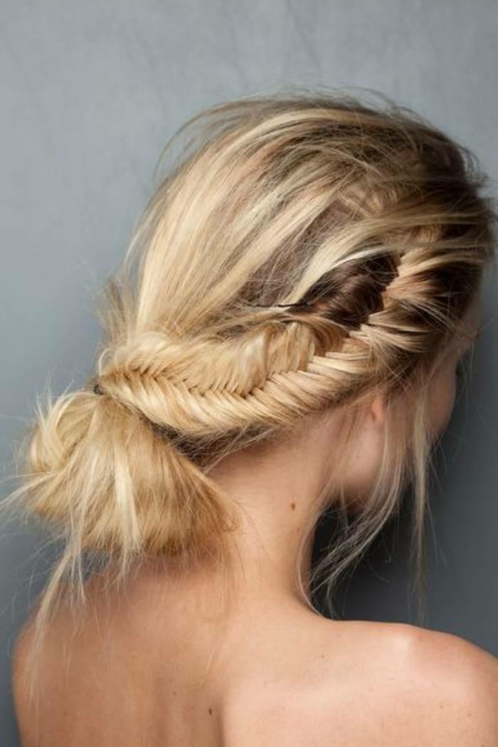 chignon-coiffe-decoiffe-cheveux-mi-long-belle-fille-blonde-tresse-coiffure-classe