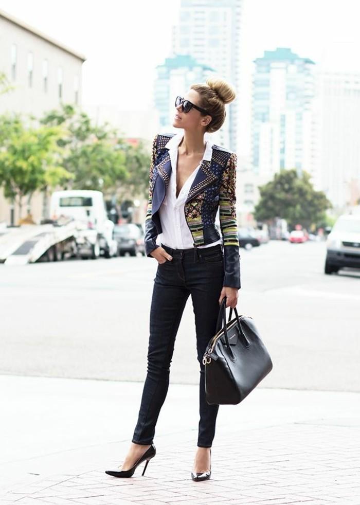 code-vestimentaire-paire-de-jeans-foncés-chemise-blanche-et-veste-mutlicolores