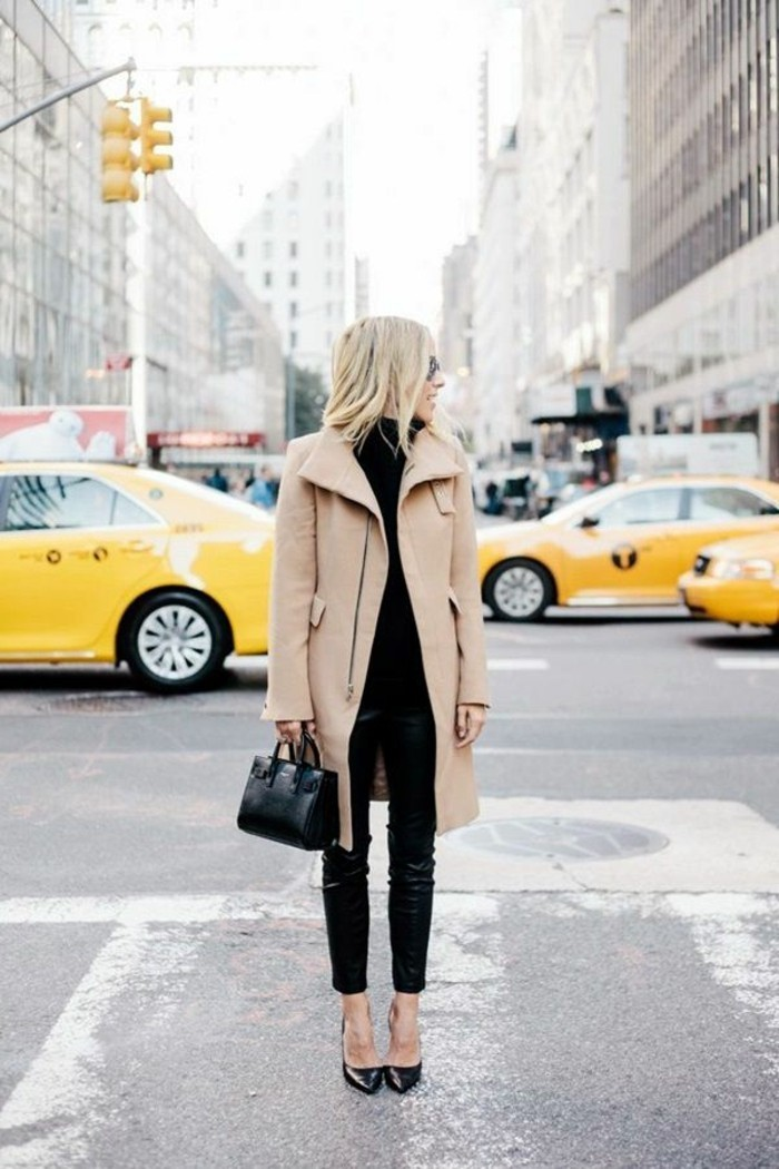 code-vestimentaire-pantalon-cuir-noir-blouse-de-la-même-couleur-veste-beige-cheveux-blonds