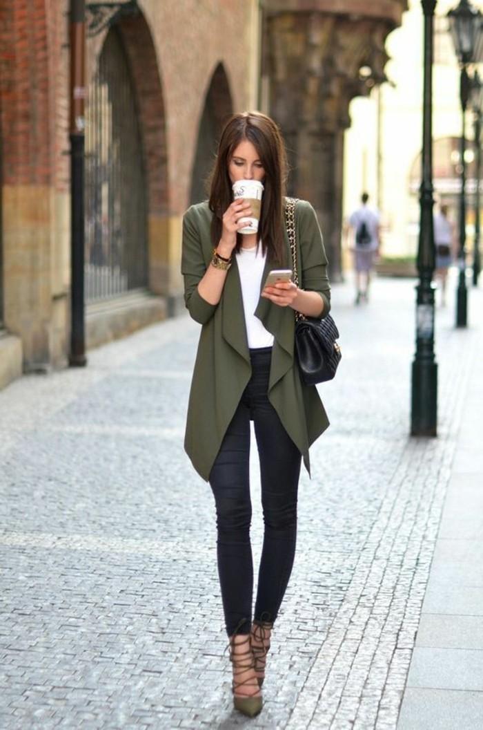 code-vestimentaire-pantalon-noir-avec-une-veste-et-chaussures-kaki