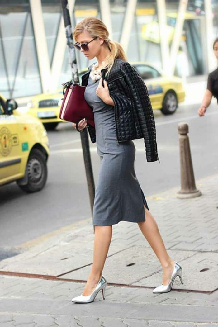 code-vestimentaire-robe-grise-avec-une-veste-en-cuir-noir