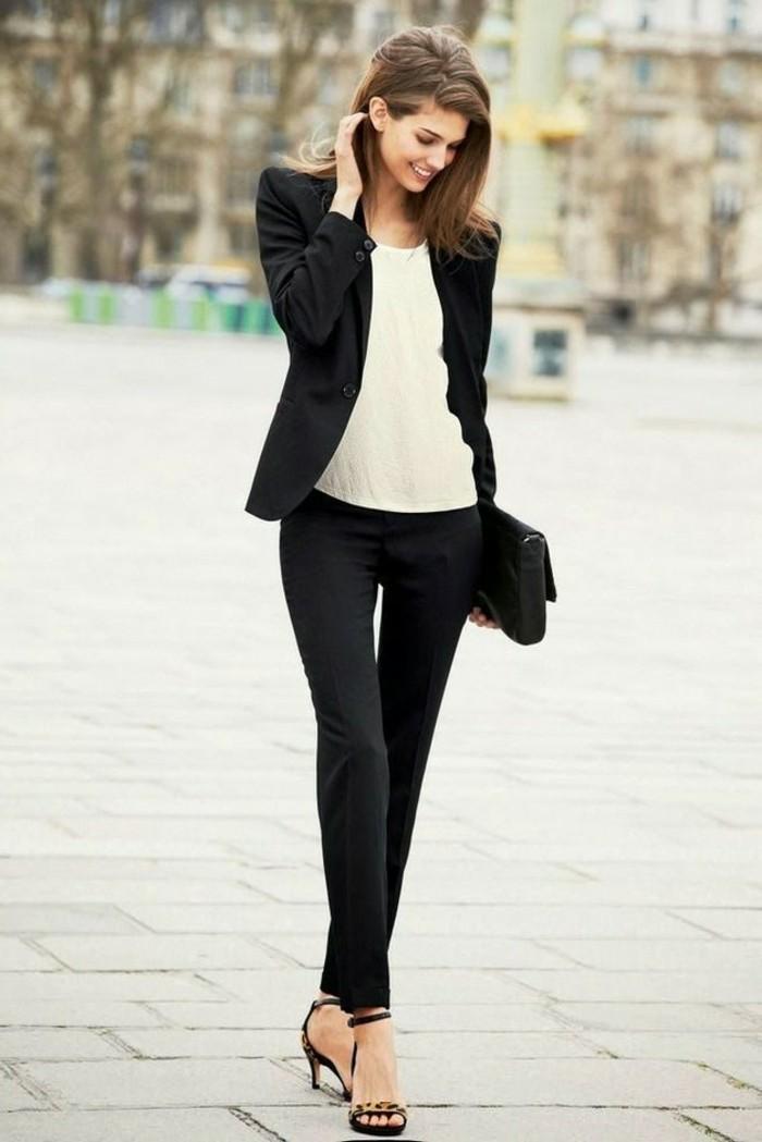 code-vestimentaire-tenue-noire-avec-une-chemise-beige-sandales-à-talons