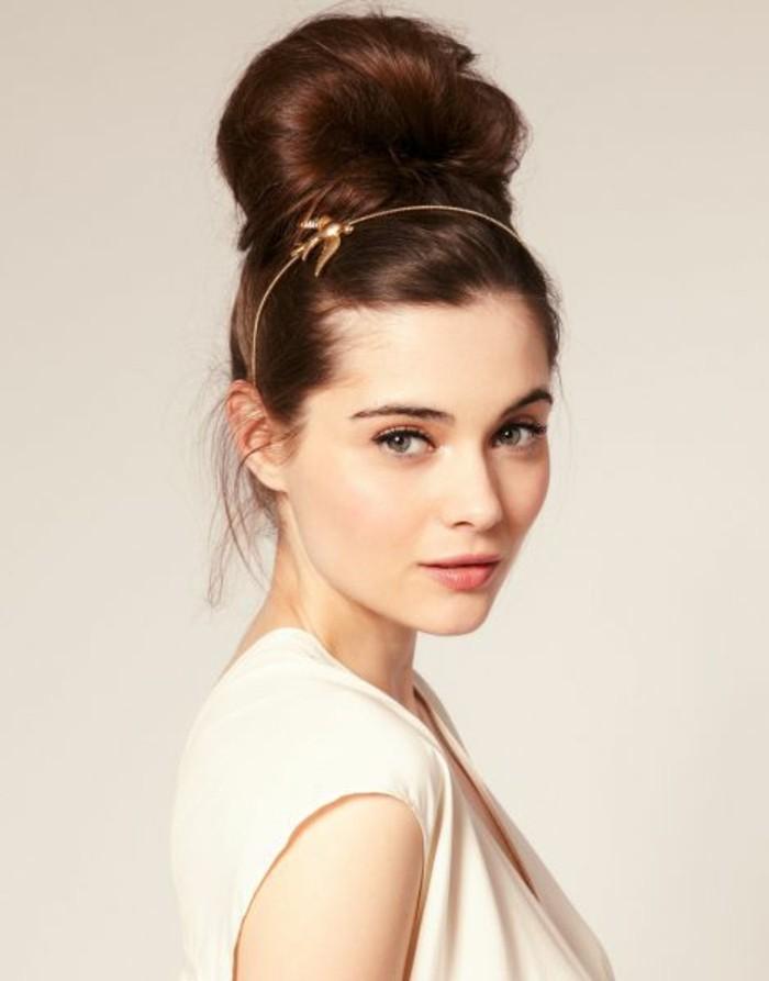 coiffure-elegante-chignon-bun-avec-joli-accessoire