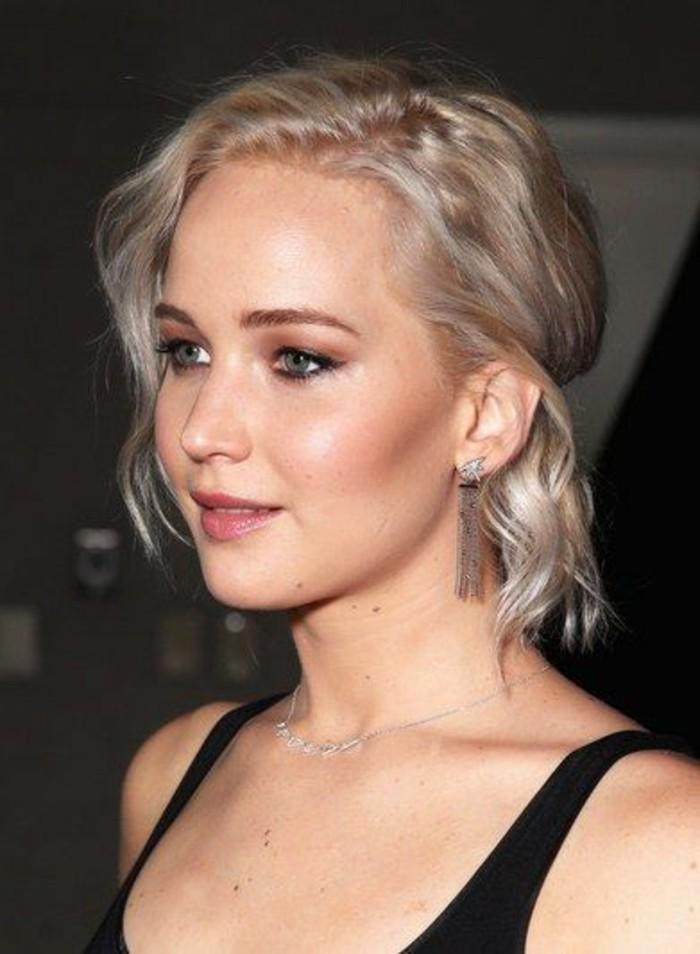 coiffure-élégante-coupe-carrée-cheveux-ondulés-blond-polaire