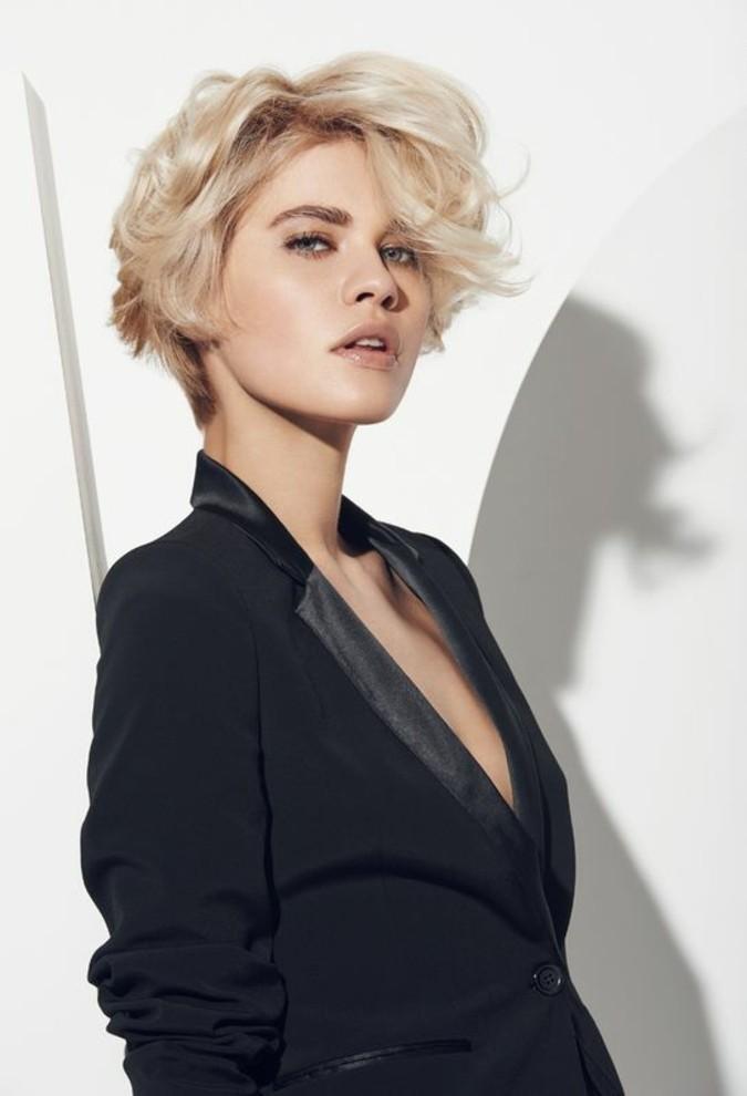coiffure-élégante-coupe-courte-cheveux-blond-polaire
