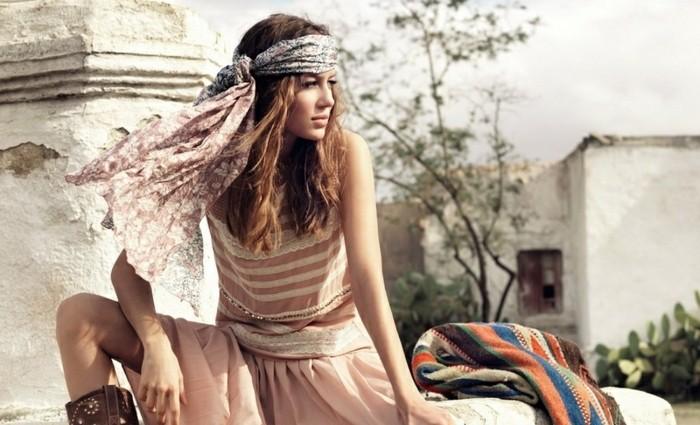 coiffure-avec-headband-foulard-pour-cheveux-et-epaules-robe-longue-et-rose