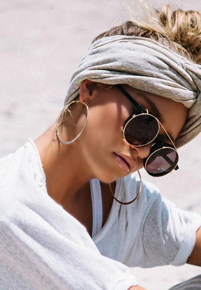 coiffure-avec-headband-turban-gris-lunettes-de-soleil-chic-desert-boucles-doreilles