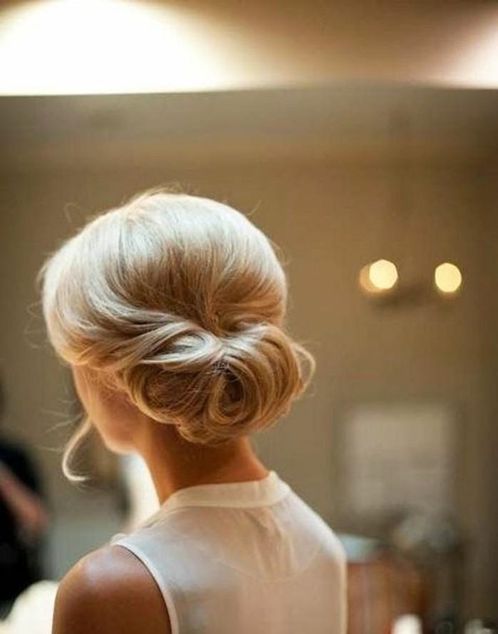 coiffure-banane-élégante-cheveux-couleur-blonde-platine