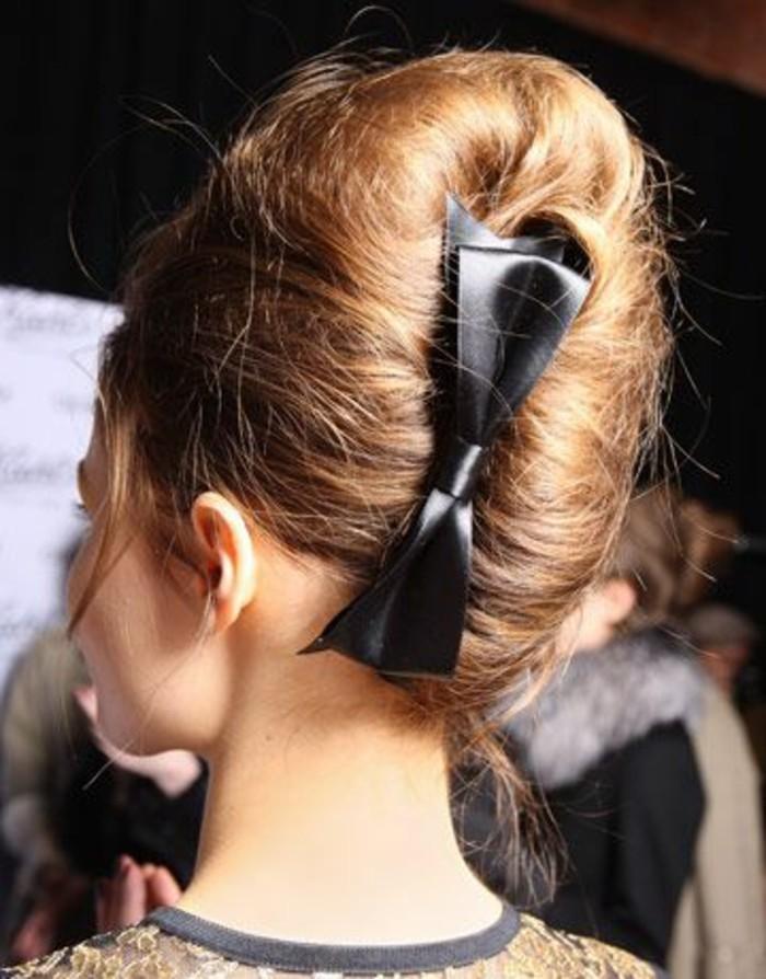 coiffure-banane-avec-ruban-noir-coiffure-élégante-de-haute-couture