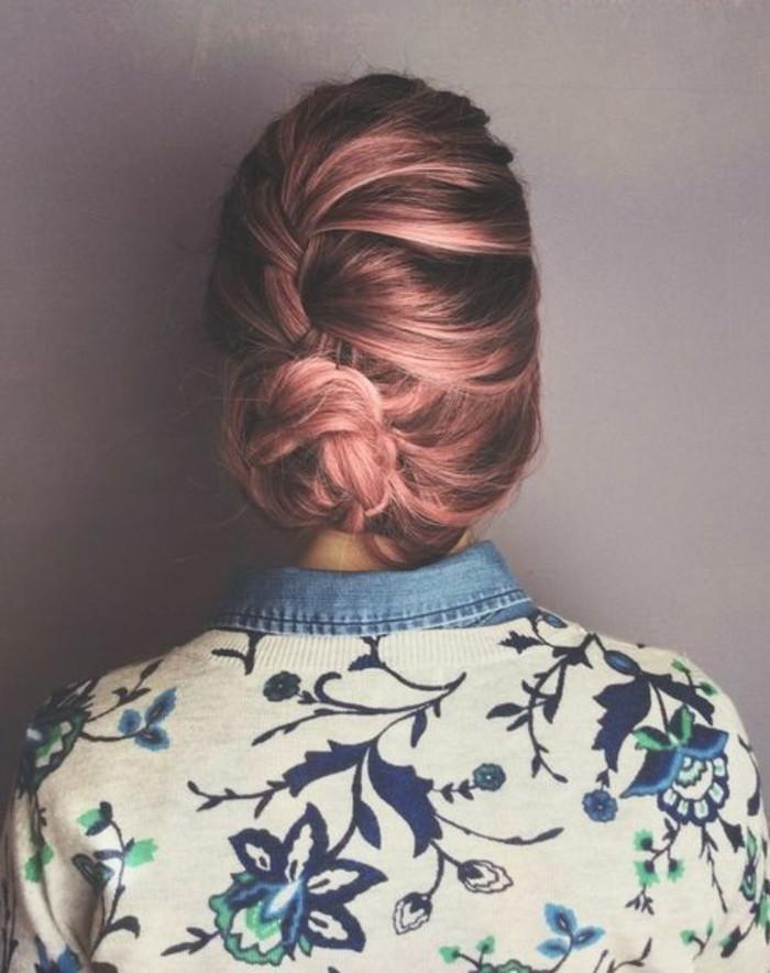 coiffure-banane-avec-tresse-cheveux-rose