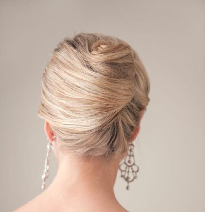 coiffure-banane-coiffure-élégante-de-mariage-boucles-d'oreilles-imposantes