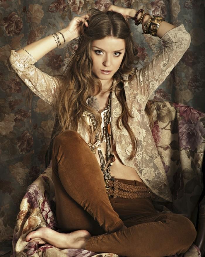 coiffure-boheme-chic-accessoires-bijoux-bracelets-cheveux-bruns-longs-boucles