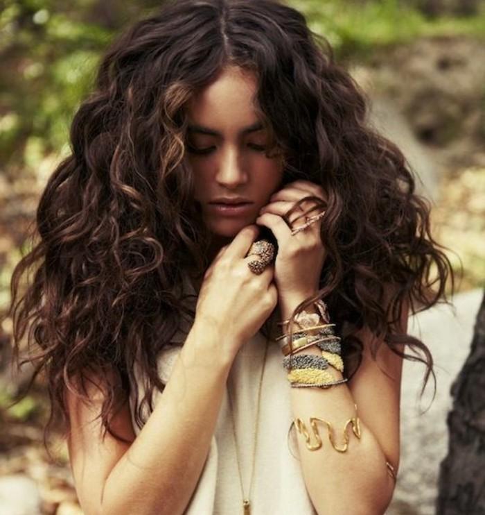 coiffure-boheme-chic-air-sauvage-cheveux-noirs-fortement-boucles-augmenter-le-volume
