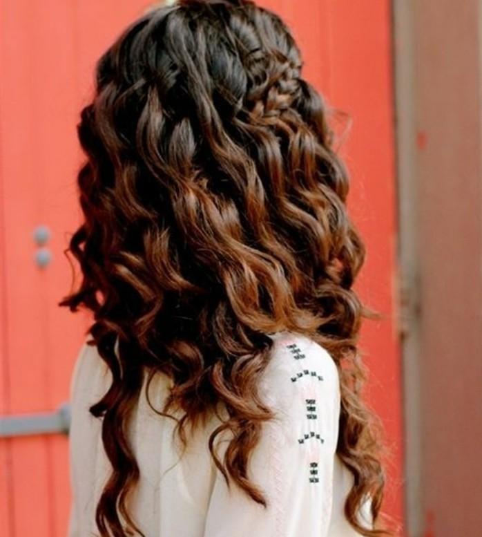 coiffure-boheme-chic-cheveux-bruns-boucles-tresse-elegance-beaute