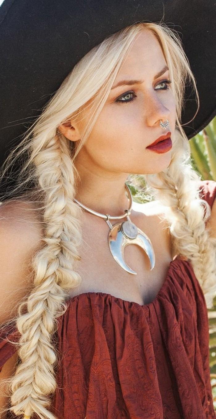 coiffure-boheme-chic-hippie-style-cheveux-tresses-femme-blonde-bijoux-massifs