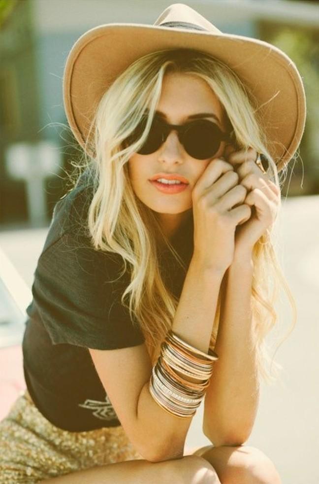 coiffure-boheme-chic-lunettes-de-soleil-noirs-bracelets-jupe-t-shirt-femme-hippie