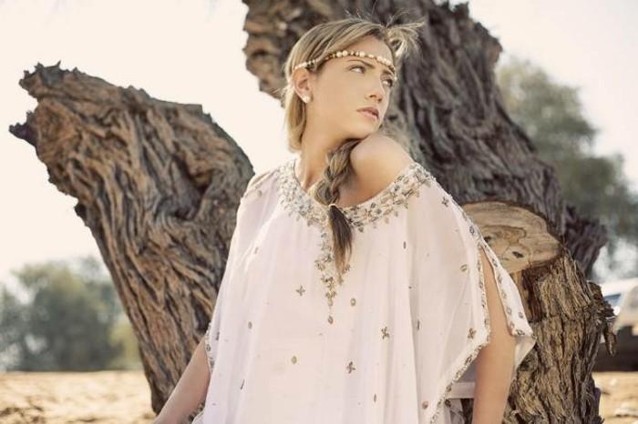 coiffure-cheveux-attaches-accessoire-pour-une-vision-boheme-chemise-elegante-et-originale