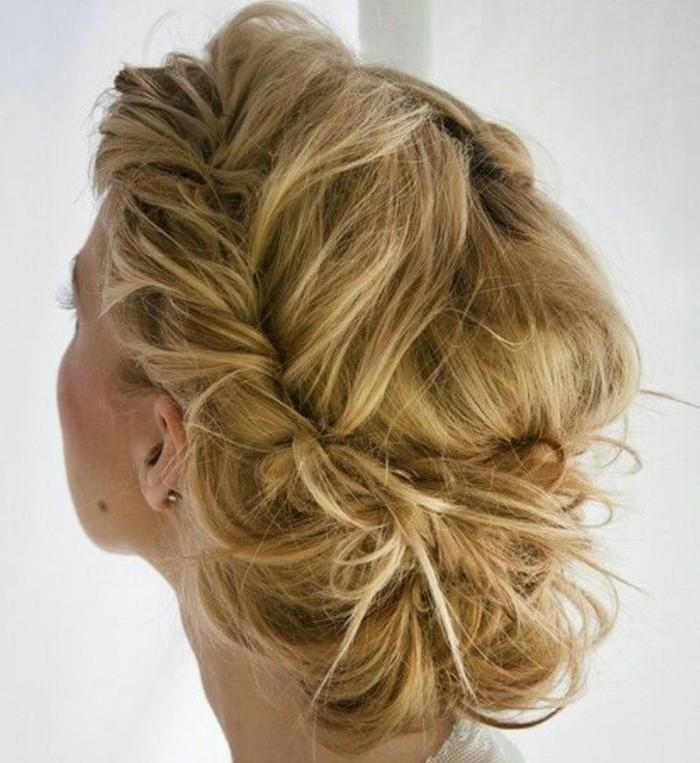 coiffure-cheveux-attaches-idee-magnifique-pour-un-mariage-femme-blonde