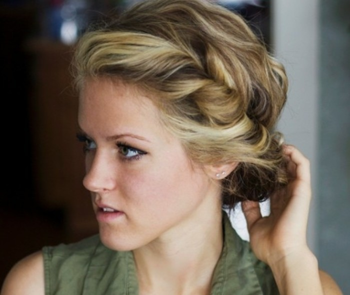 coiffure-cheveux-attaches-pour-un-air-elegant-jeune-femme-blonde