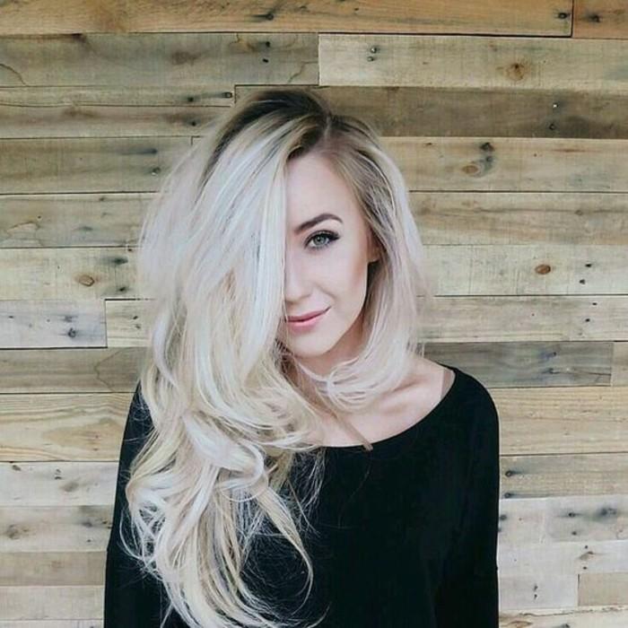 coiffure-cheveux-longs-avec-volume-racines-foncées-longueurs-blonde-platine