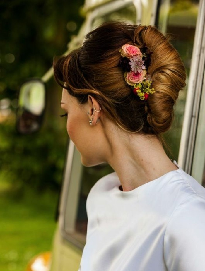 coiffure-de-mariage-avec-fleurs-comment-faire-un-chignon-banane