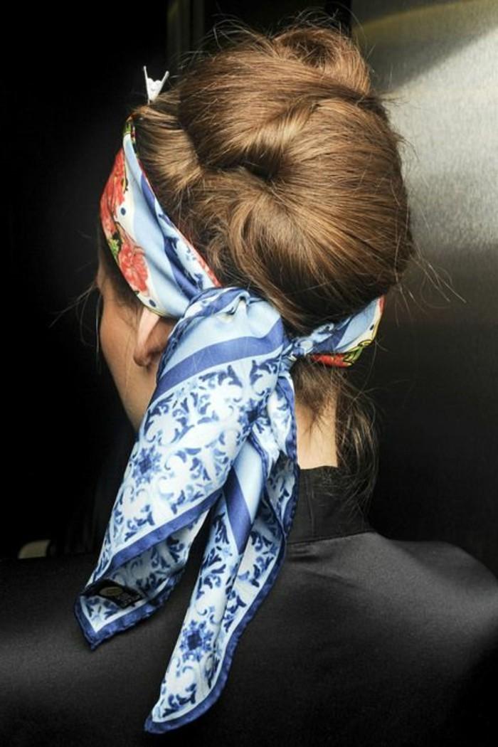 coiffure-foulard-nouage-foulard-bleu-autour-de-la-tete
