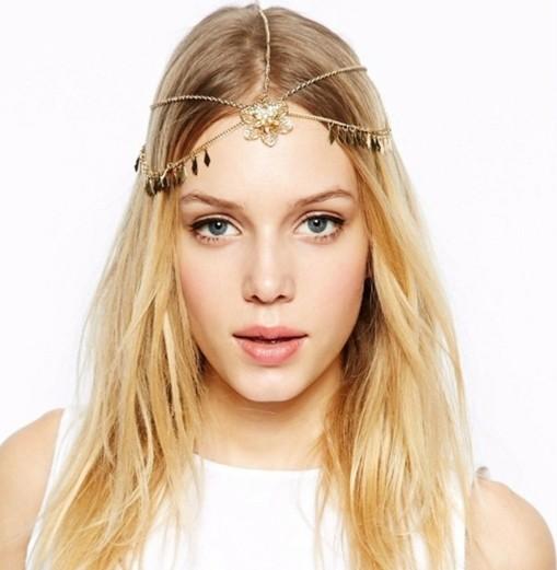 coiffure-romantique-accessoire-pour-la-tete-style-boho-chic-cheveux-longs-et-blonds