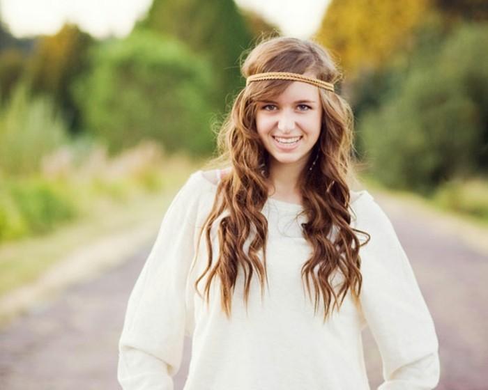 coiffure-romantique-sourire-accessoire-pour-les-cheveux-bandeau-brunnette