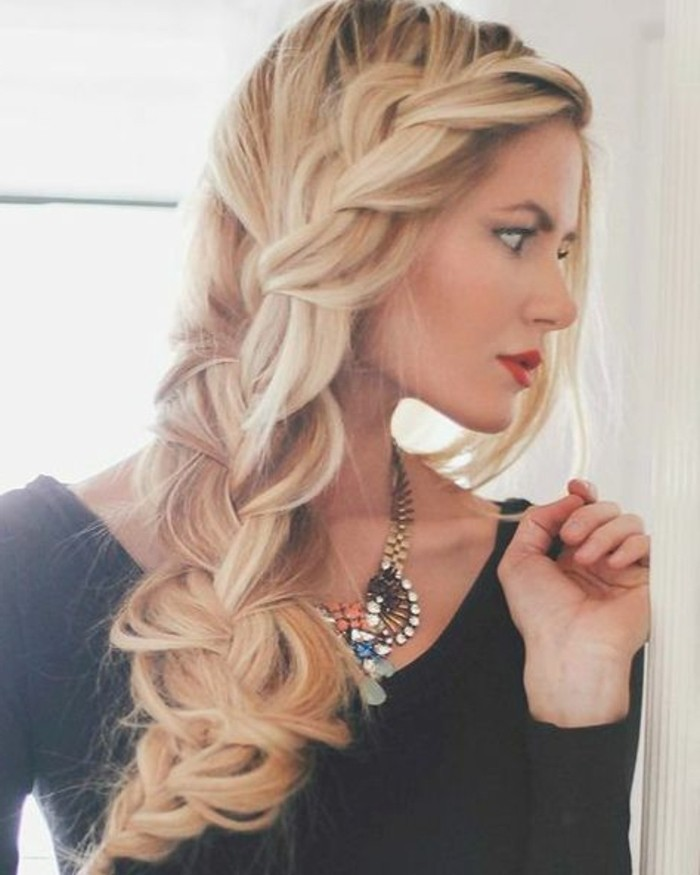 coiffure-romantique-tresse-cheveux-blonds-colier-elegance-feminine