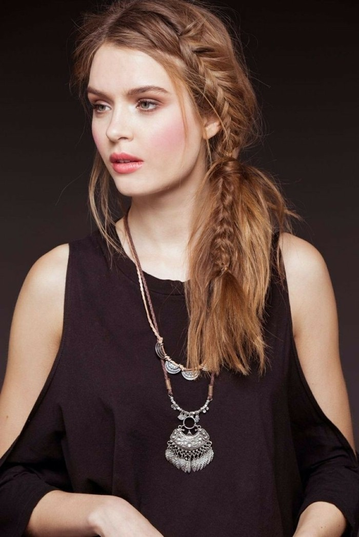 coiffure-romantique-tresse-cheveux-bruns-bijoux-levres-roses-cheveux-en-couleur-cuivre