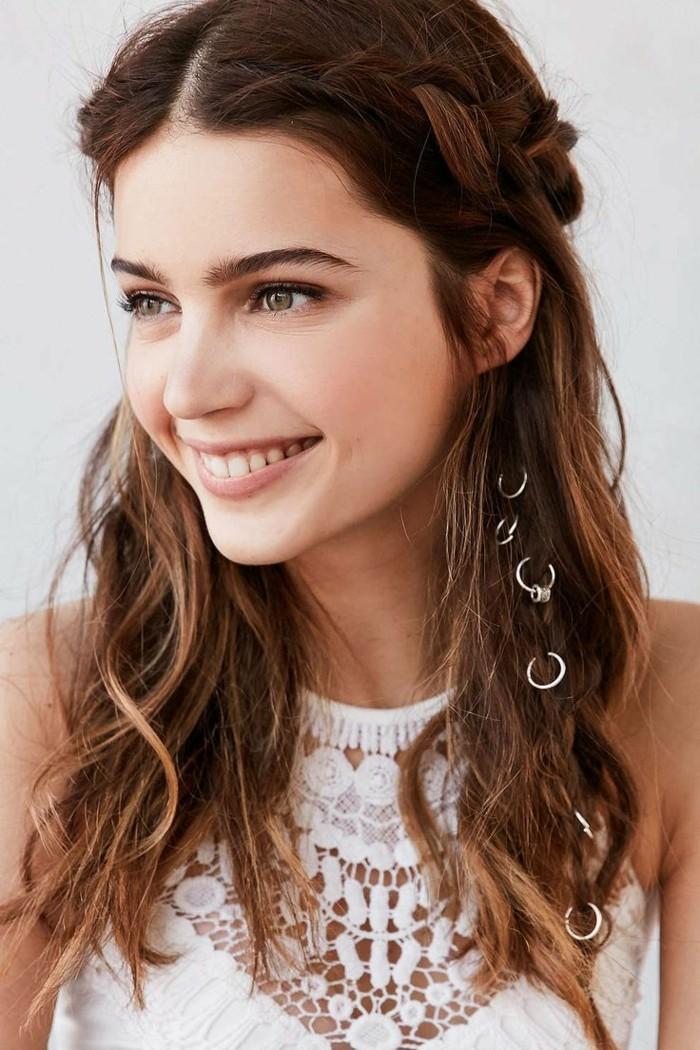 coiffure-romantique-tresse-cheveux-bruns-sourire-beaute-naturelle