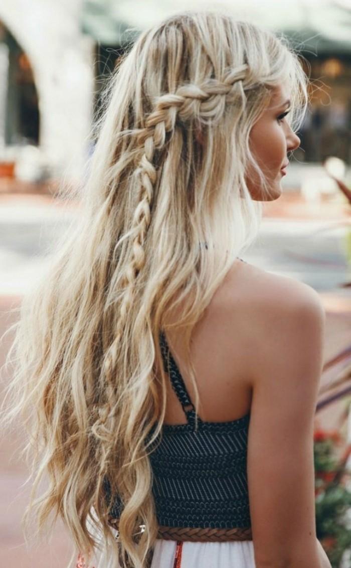 coiffure-romantique-tresse-cheveux-detaches-blonds-robe-dete-couleurs-claires