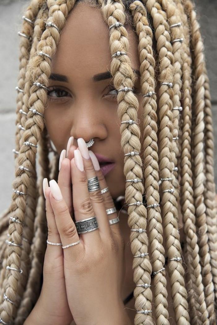 coiffure-tresse-africaine-beauté-naturelle-maquillage-simple-manucure-blanche-bijoux-en-argent