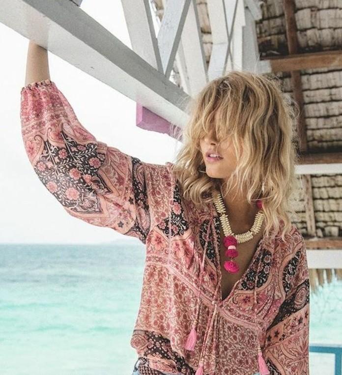 coiffures-cheveux-courts-au-bord-de-la-mer-chemise-rose-colier-original-diy