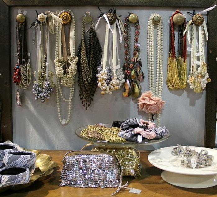 colliers-ranges-sur-des-pateres-dans-un-vieux-cadre-photo-et-d-autres-recipients-pour-les-bracelets-les-bagues-et-les-accessoires-de-coiffure-idee-comment-fabriquer-un-porte-bijoux