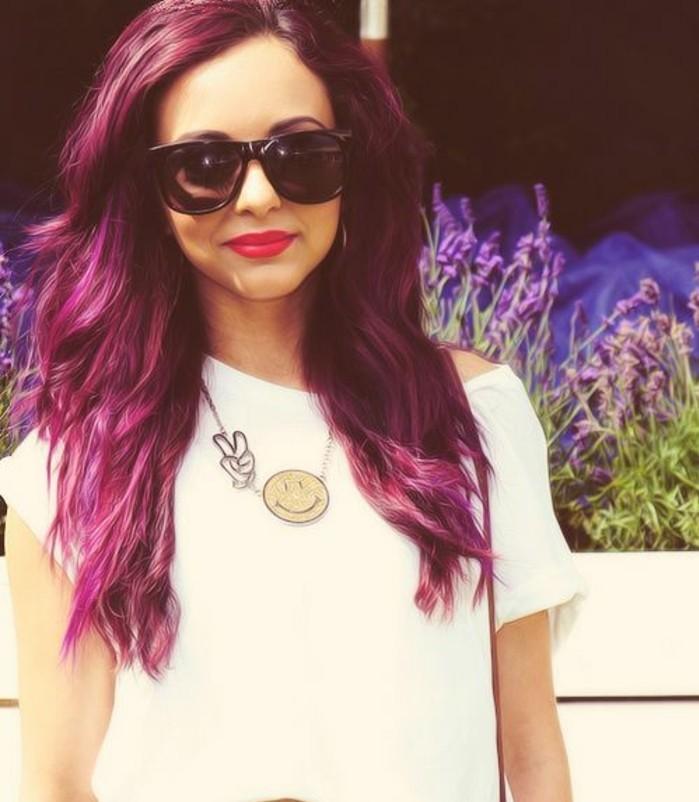 coloration-cheveux-couleur-framboise-cheveux-longs-ondulés