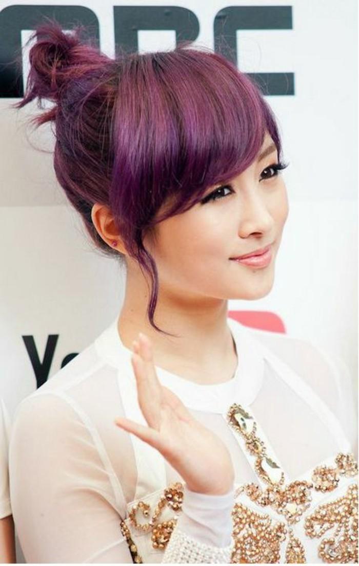 coloration-violine-cheveux-couleur-framboise-chignon-coiffé-décoiffé