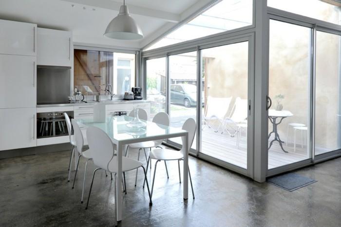 comment-amenage-son-garage-cuisine-moderne-en-blanc-grande-fenetres-et-portes-pliantes-en-verre