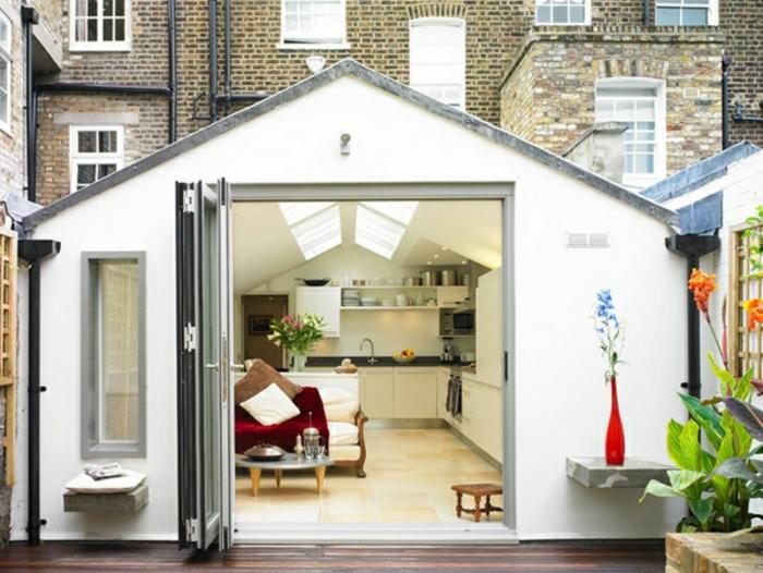 comment-amenage-son-garage-cuisine-moderne-et-bien-equipee-couverture-rouge-de-canape