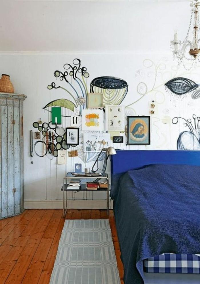 comment-aménager-une-petite-chambre-avec-des-dessins-en-bleu-sur-le-mur