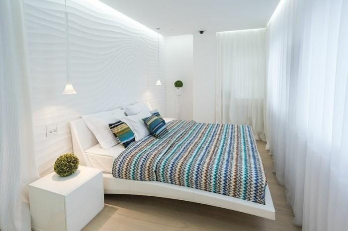 comment-amenager-une-petite-chambre-lit-flottant-decor-blanc-couverture-de-lit-en-laine-a-rayures-multicolores-rideaux-blancs