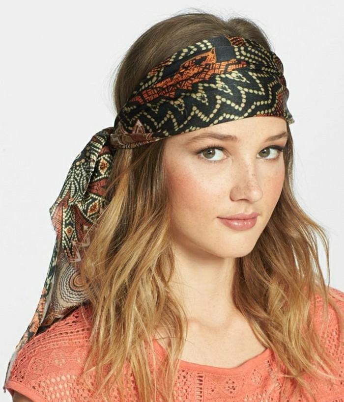 comment-attacher-un-foulard-africain-en-noir-marron-motifs-triangulaires-cheveux-détachés