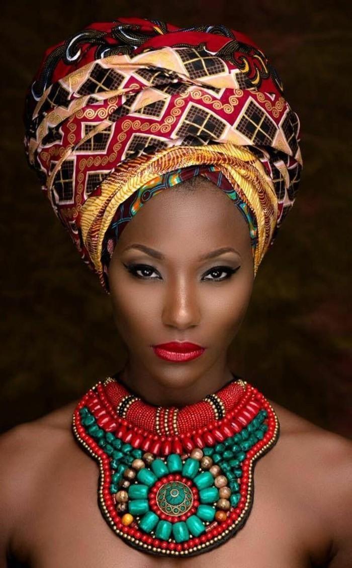 comment-attacher-un-foulard-couleurs-rouge-noir-or-motifs-ethniques-levres-rouges