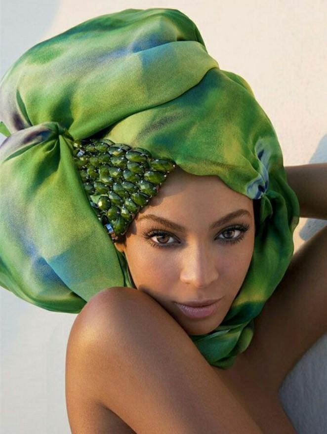 comment-attacher-un-foulard-en-nuances-de-vert-décoration-cristaux-maquillage-naturel