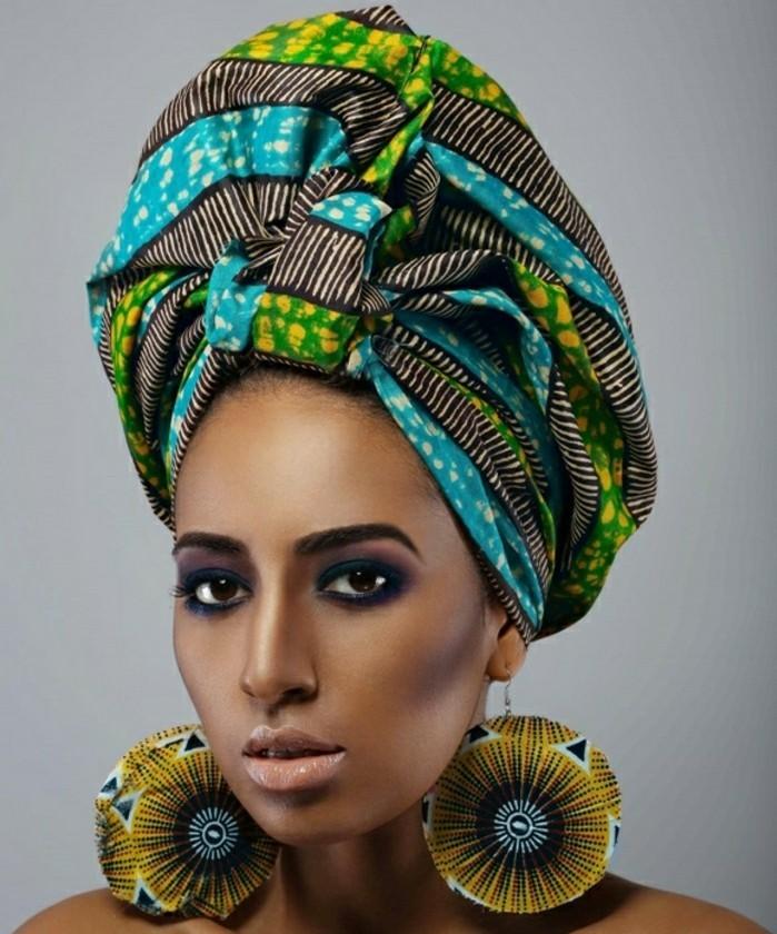 comment-attacher-un-foulard-en-vert-bleu-jaune-boucles-d'oreilles-ronds-motifs-africains