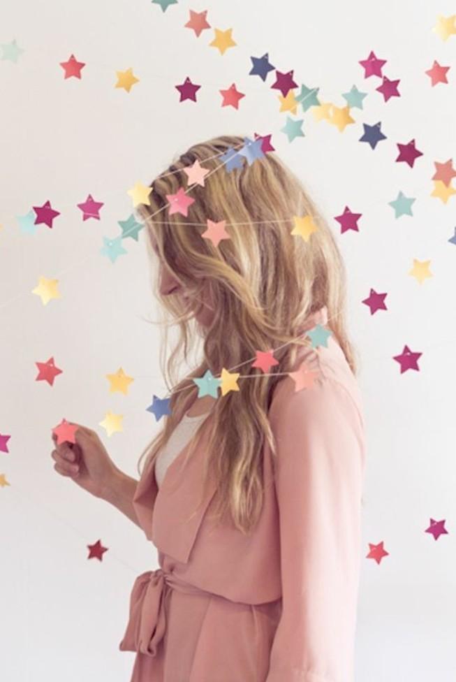 comment-faire-des-guirlandes-en-papier-une-enfilade-de-petites-etoiles-multicolores-decoration-anniversaire