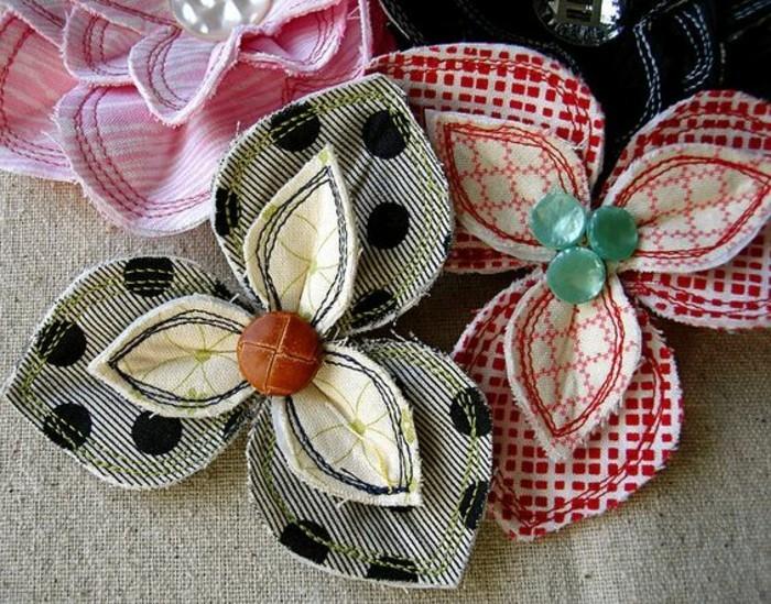 comment-faire-une-fleur-en-tissu-a-trois-petales-avec-des-pièces-de-tissu-et-des-boutons-decoration