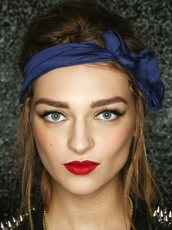 comment-mettre-le-foulard-foulard-cheveux-bleu